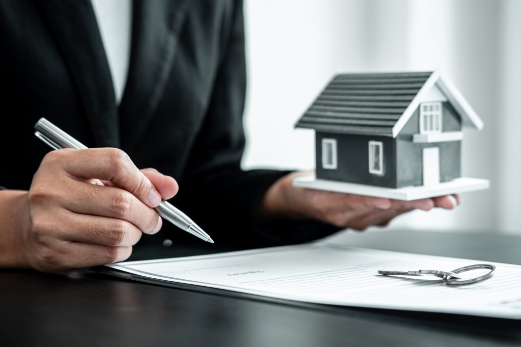real-estate-agent-working-sign-agreement-document-contract-for-home-loan-insurance_t20_O0OgQb